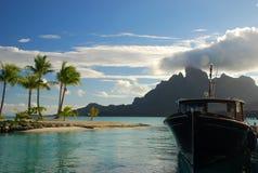 日落小船巡航 bora法属玻利尼西亚 免版税图库摄影