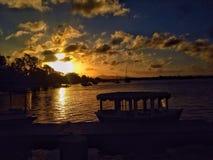 日落小船水湖天空五颜六色的云彩平安美丽 库存照片