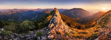 日落岩石全景在山谷风景的 免版税库存图片