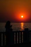日落岸的度假者 库存图片