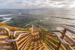 日落峭壁的Ladera街梯子俯视的海洋 图库摄影