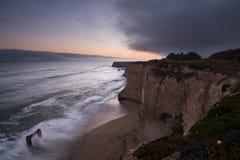日落惊人的长的曝光在达文波特码头的在北加州 免版税库存图片