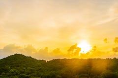 日落或日出在大山和白色云彩在天空 库存图片