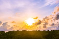 日落或日出在大山和白色云彩在天空 库存照片