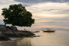 日落或日出在Pamilacan海岛,菲律宾上 免版税图库摄影