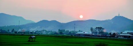 与山的日落 免版税图库摄影