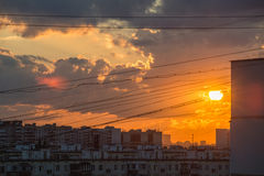 日落日出在城市 温暖的场面 免版税库存照片
