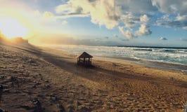 日落时间的波浪陆间海全景在斯基克达阿尔及利亚 免版税库存照片