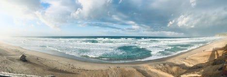日落时间的波浪陆间海全景在斯基克达阿尔及利亚 图库摄影