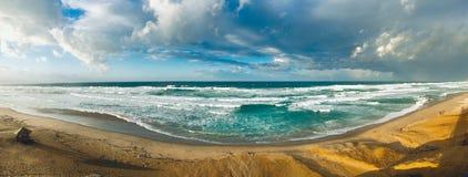 日落时间的波浪陆间海全景在斯基克达阿尔及利亚 免版税图库摄影