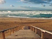日落时间的波浪陆间海在斯基克达阿尔及利亚 图库摄影