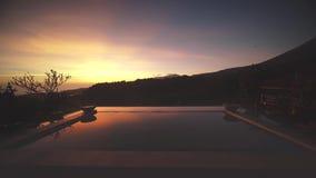 日落时间的美丽的游泳池边 股票视频