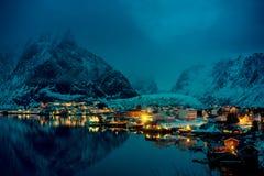 日落时间雷讷村庄, Lofoten海岛 免版税库存图片