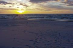 日落时间的波罗的海,波兰, Leba 免版税库存照片