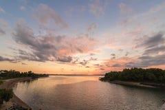 日落时间的热带湖 可视巴厘岛美丽的印度尼西亚海岛kuta人连续形状日落的城镇 全景 免版税图库摄影