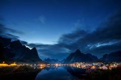 日落时间雷讷村庄, Lofoten海岛 库存图片