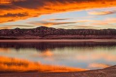 日落春天Mountain湖 库存照片