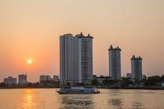 日落曼谷市 昭拍耶河 免版税库存图片