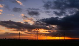 日落有在风轮机的看法 免版税图库摄影