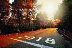 日落有新年数字的柏油路 免版税库存照片
