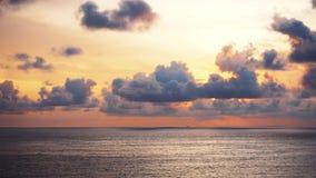 日落有海景 鸟瞰图 Uluwatu,巴厘岛印度尼西亚 股票视频