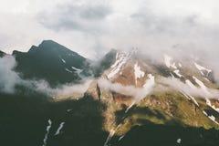 日落有雾的山峰和云彩风景 免版税库存图片