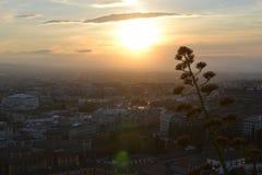 日落格拉纳达城市视图和阿尔罕布拉,安大路西亚,西班牙,白色村庄,镇用增白剂擦和西班牙建筑学 免版税库存照片