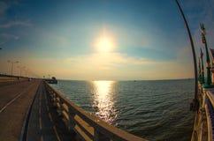 日落桥梁在春武里市 免版税库存图片