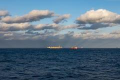 日落每美好的天,公海,运转在油区域的小船 库存图片