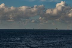 日落每美好的天,公海,运转在油区域的小船 免版税图库摄影