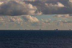 日落每美好的天,公海,运转在油区域的小船 免版税库存照片