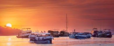日落海景与小船的在海 免版税库存图片