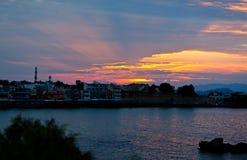 日落海湾港口哈尼亚市,克利特,希腊 免版税图库摄影