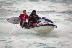日落海滩的夏威夷冲浪者 图库摄影