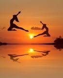 日落海滩的芭蕾女孩 免版税图库摄影