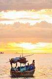 日落海滩,那里是小船 库存照片
