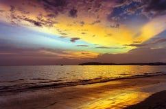 日落海滩。Ao Nang,甲米府 免版税库存照片