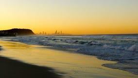 日落海滩城市剪影 免版税图库摄影