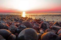 日落海滩小卵石 库存照片