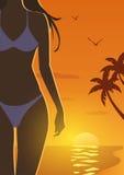日落海滩的女孩 免版税库存图片