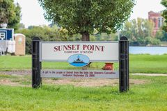日落点在佳丽小岛公园的公共厕所标志 免版税库存图片