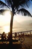 日落现出轮廓Arpoador里约热内卢巴西 免版税库存图片