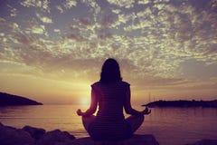日落瑜伽实践 免版税库存图片