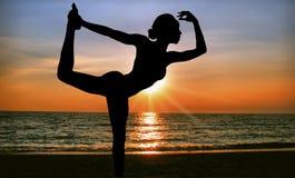 日落瑜伽 免版税库存照片