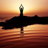 日落瑜伽 免版税库存图片