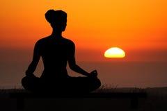 日落瑜伽 免版税图库摄影