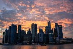 日落由水的Singpore地平线 免版税库存照片