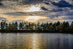 日落的一个森林湖 免版税库存照片