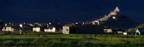 日落的一间巨大的佛教徒修道院:锣大厦的概述由光芒在树荫,聪慧的gr点燃,背景下沉 免版税库存图片