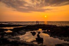 日落的两个人在二步,夏威夷,美国 免版税库存图片